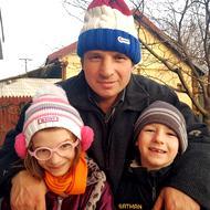 Viorel a stat într-un cavou cu cei 2 copii. Povestea bărbatului care construiește Catedrala, visând să-și construiască propria casă